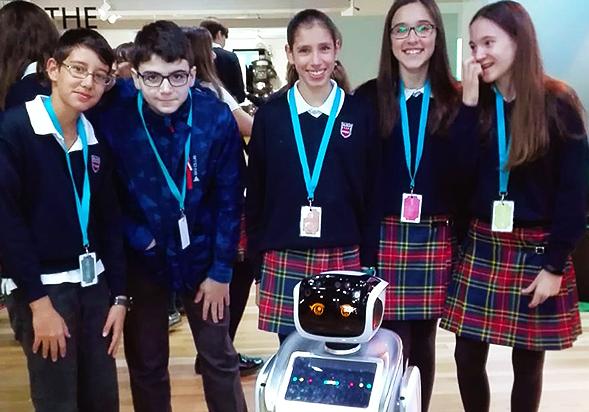 alumnos con un robot