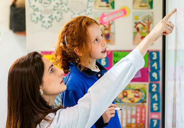 Alumno con profesor colegio