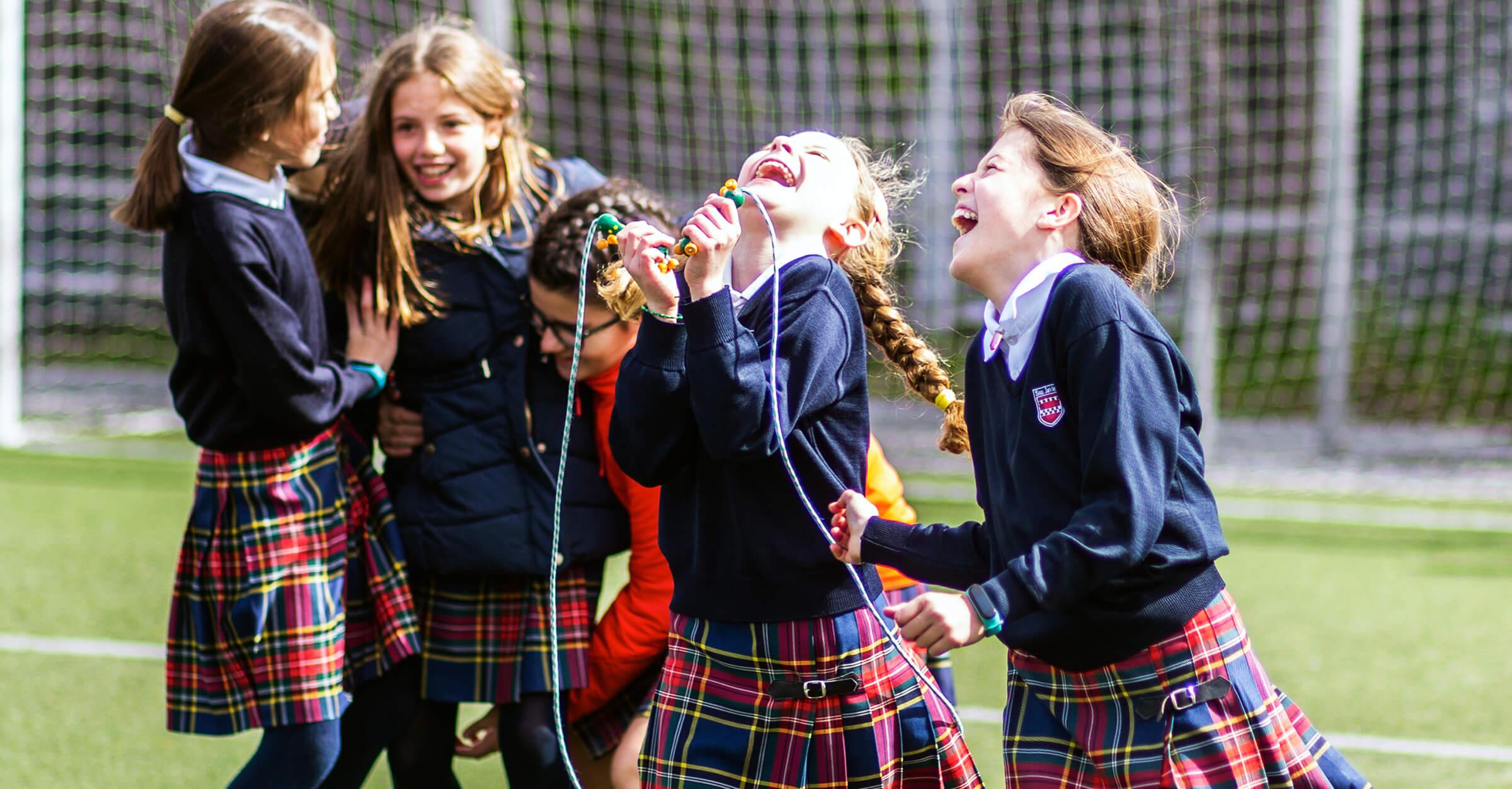 niñas jugando riendo